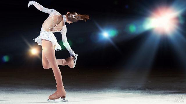 Фигуристка катается на льду