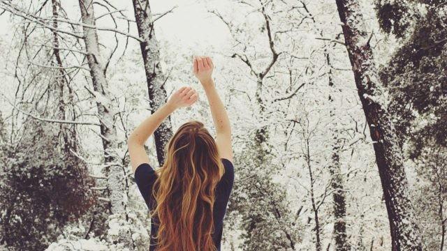 Рыжеволосая девушка подняла руки вверх