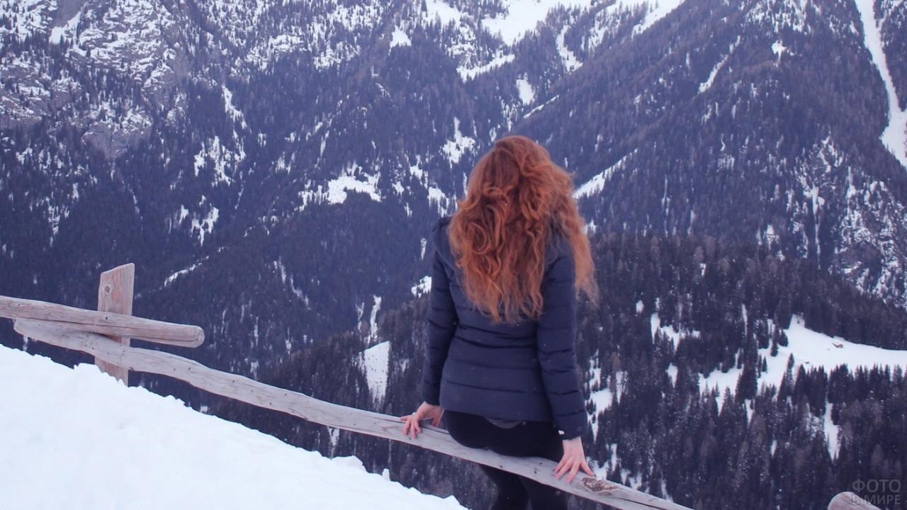 Рыжеволосая девушка в горах