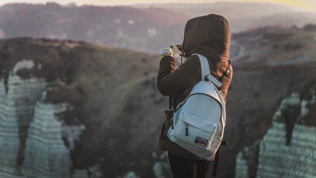 Туристка фотографирует горы