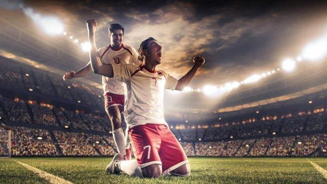 Два ликующих футболиста