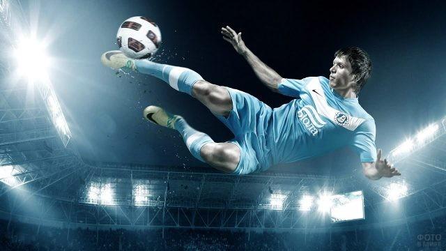 Игрок в форме клуба Челси в прыжке