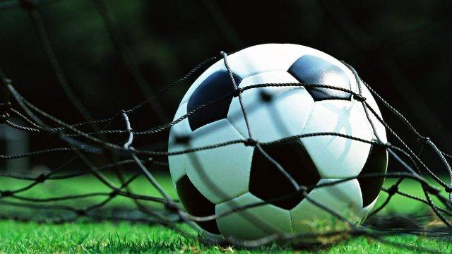 Классический чёрно-белый футбольный мяч в сетке
