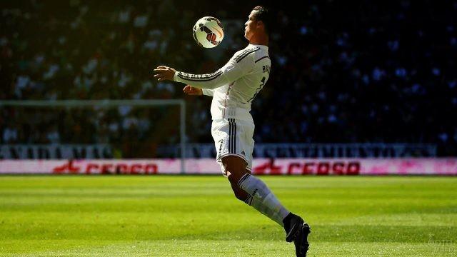 Криштиану Роналду принимает мяч