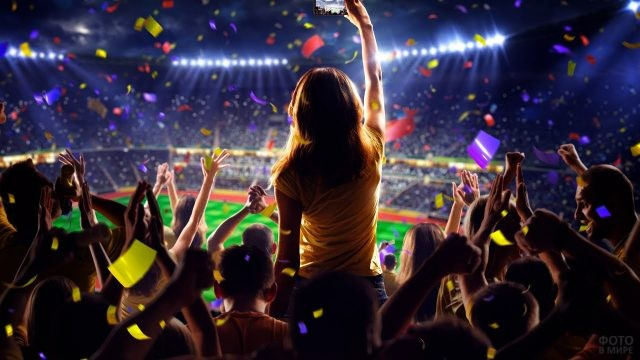 Ликующие футбольные фанаты на трибуне