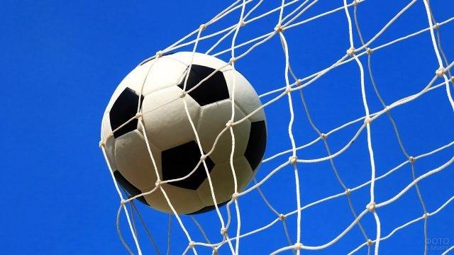 Мяч влетает в сетку