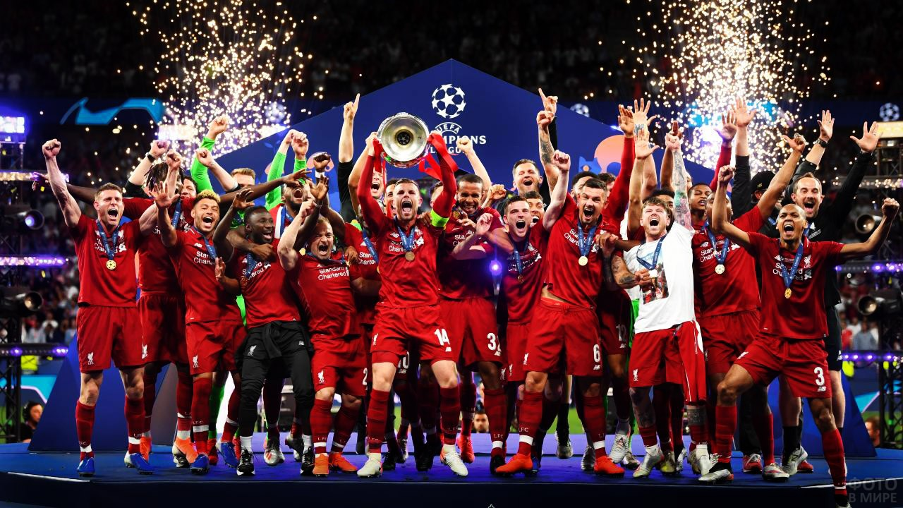 Победители Суперкубка УЕФА-2019 во время награждения