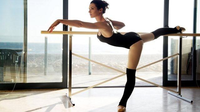 Балерина у балетного станка