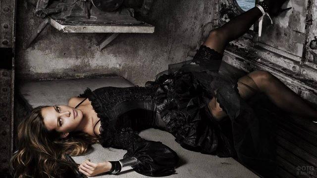 Девушка в чёрном платье и чулках