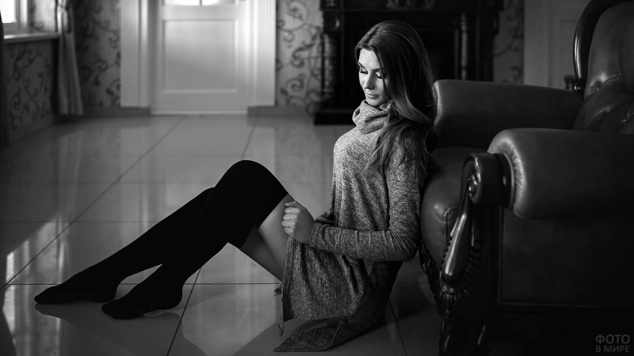 Девушка в чулках и длинном свитере