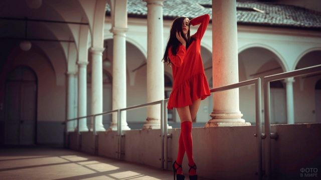 Девушка в красном платье и чулках