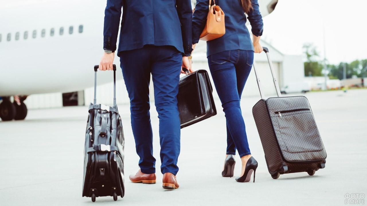 Бизнесмены идут к самолёту