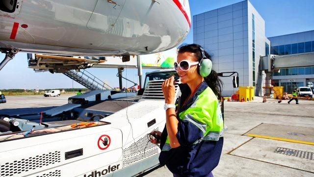 Девушка-техник у аэродромного тягача