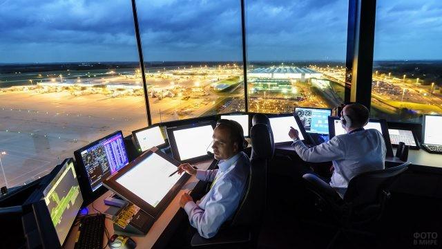 Два диспетчера в вышке над огнями ВПП