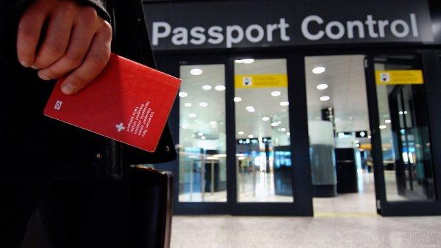 Паспорт в мужской руке