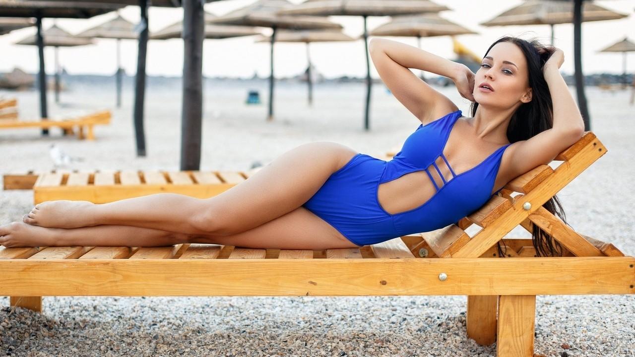 Ангелина Петрова лежит в синем купальнике