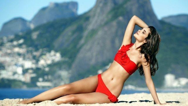 Девушка в красном купальнике на пляже