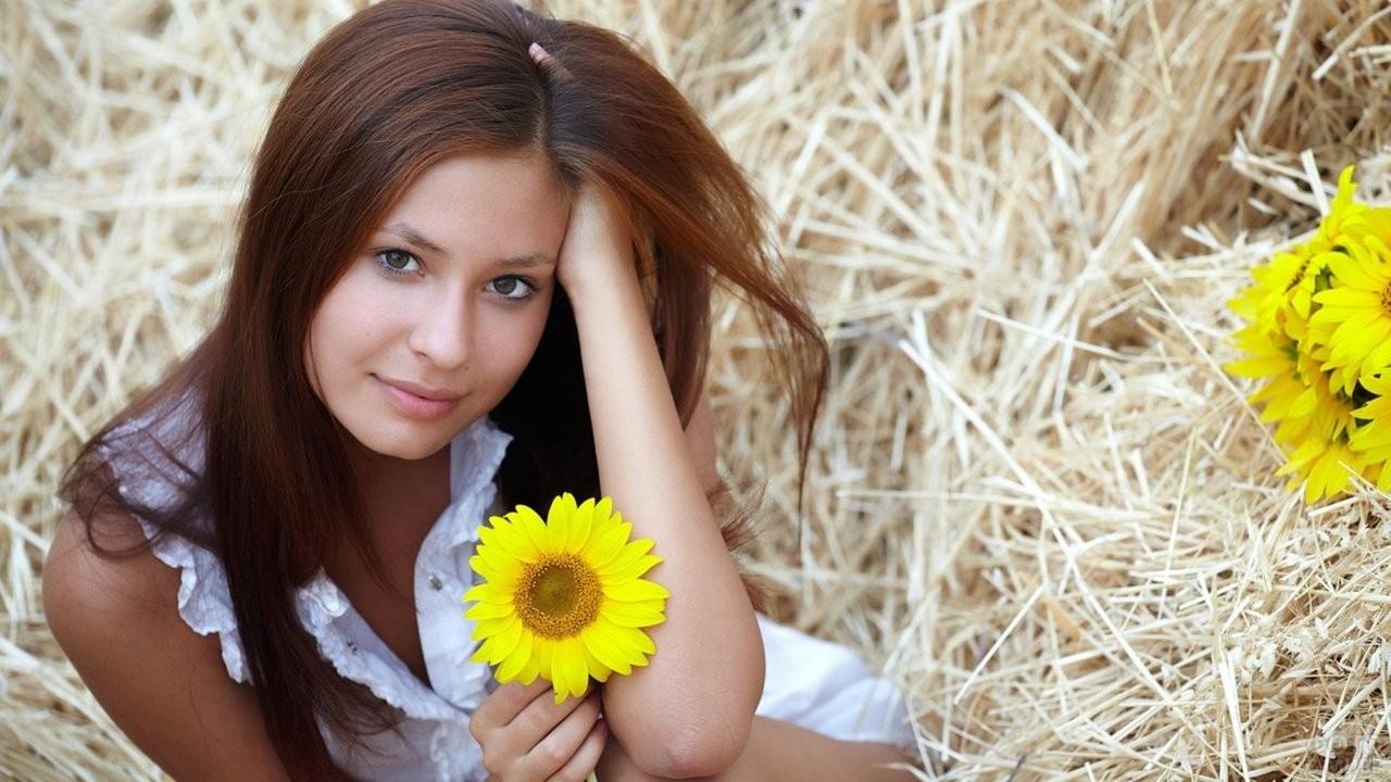 Девушка на сене с подсолнухом