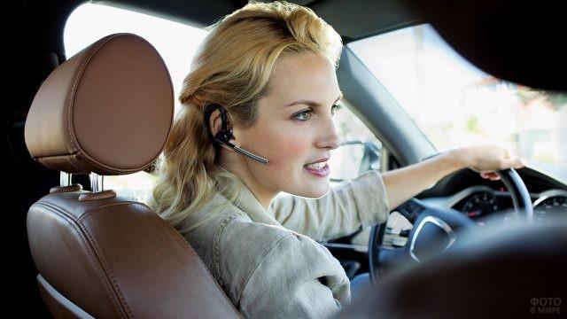 Бизнес-леди с гарнитурой телефона