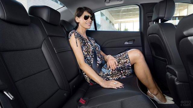 Брюнетка на заднем сиденье Шевроле Малибу