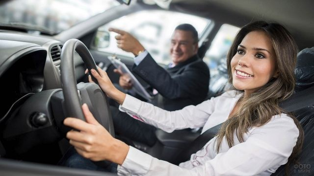 Девушка сдаёт экзамен по вождению