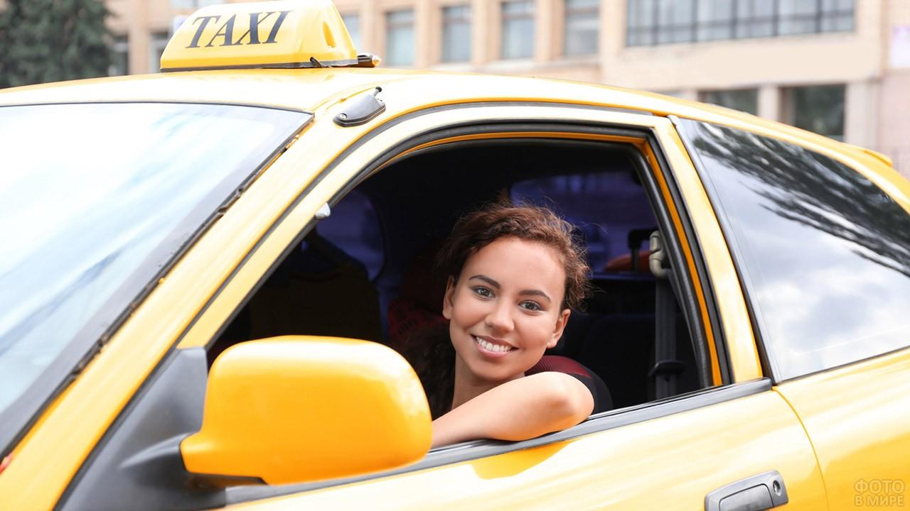Девушка за рулём такси