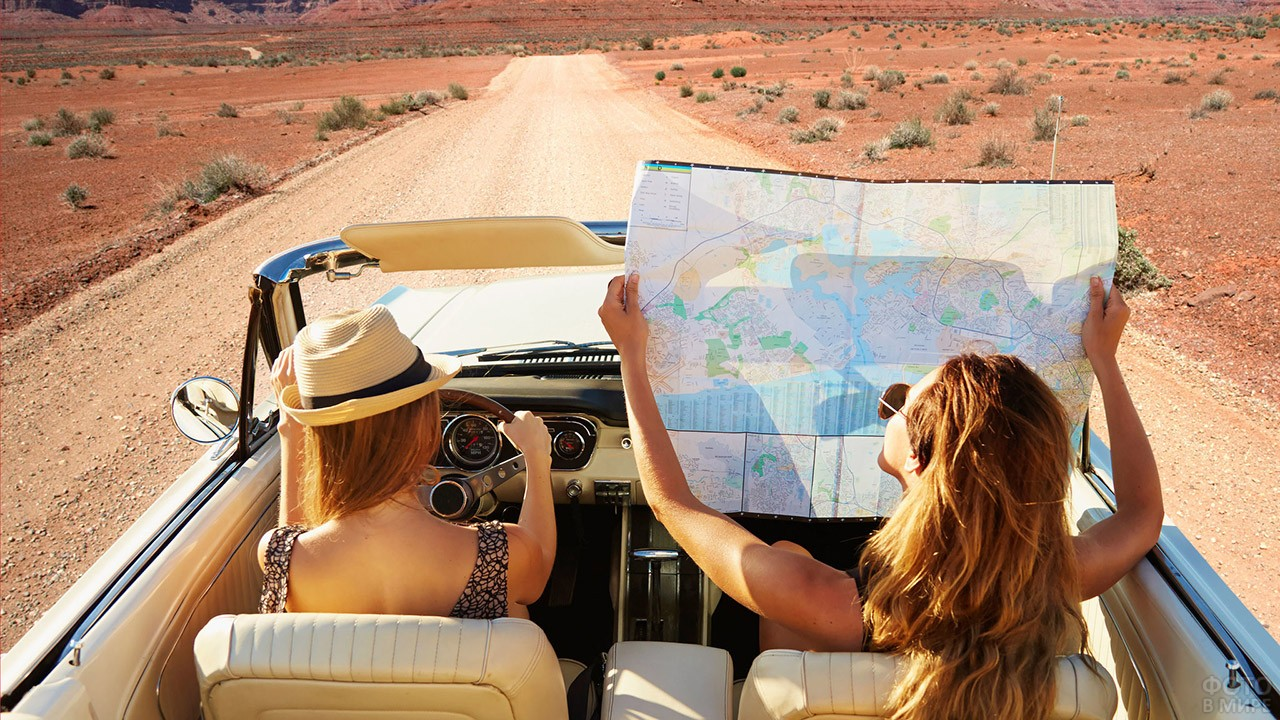 Девушки с картой в кабриолете