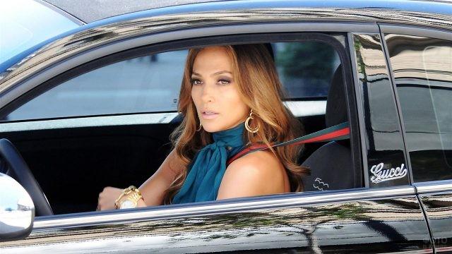 Дженифер Лопез за рулём своего авто