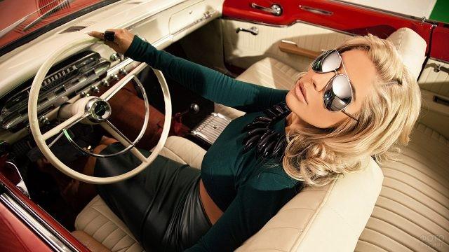 Гламурная блондинка в кабриолете