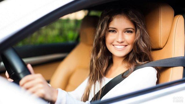 Юная автолюбительница за рулём