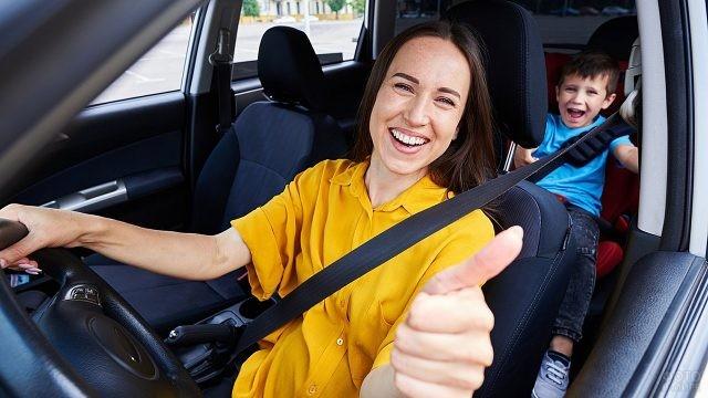 Молодая мама за рулём