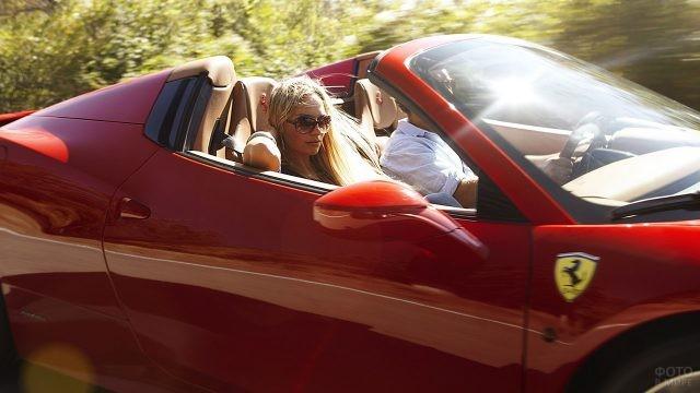 Пассажирка-блондинка в красном Феррари