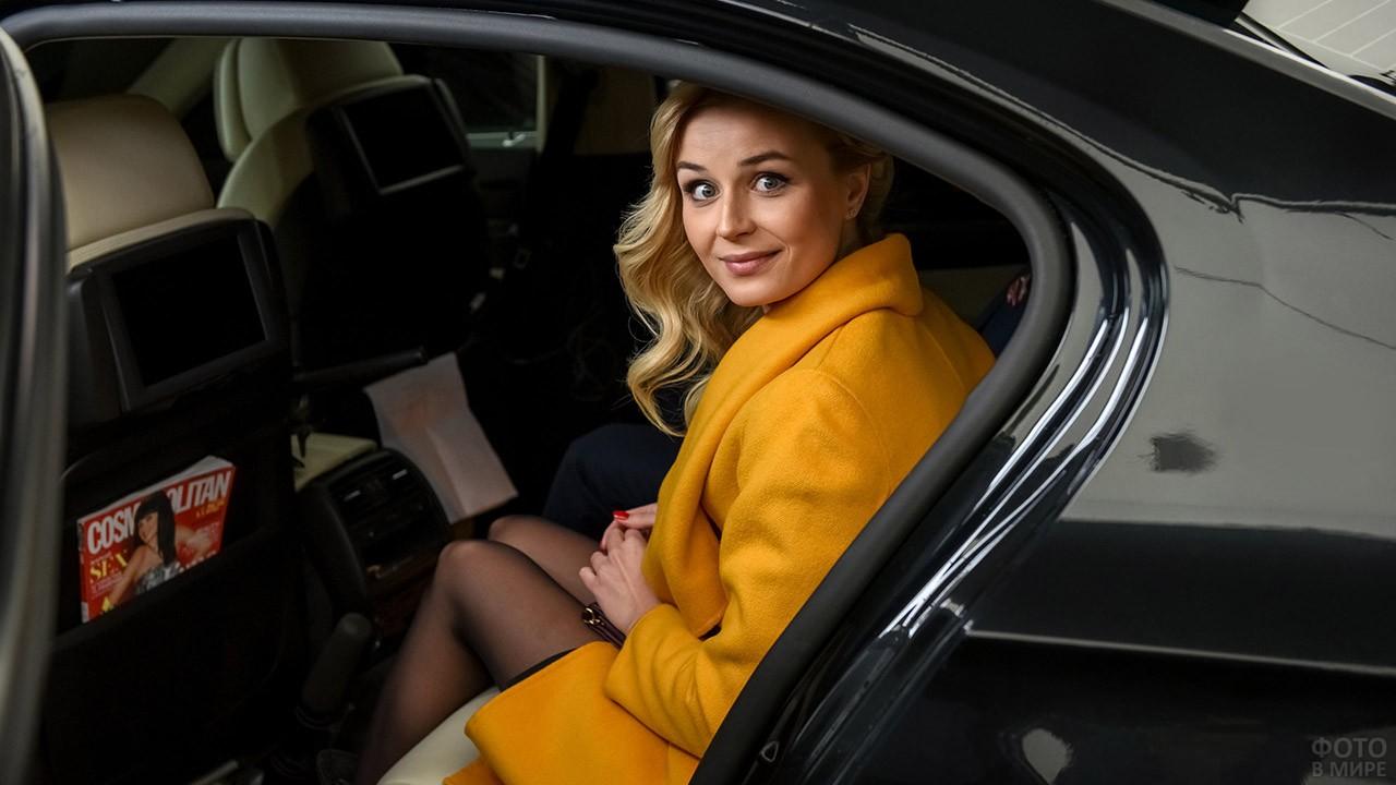 Певица Полина Гагарина выходит из автомобиля