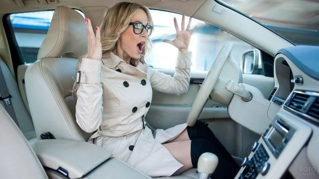 Женщина-водитель психует, выпустив руль