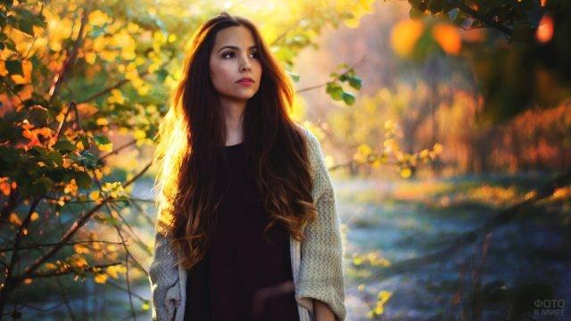 Брюнетка с распущенными волосами в осеннем парке
