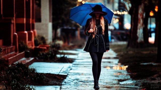 Длинноногая блондинка под синим зонтом