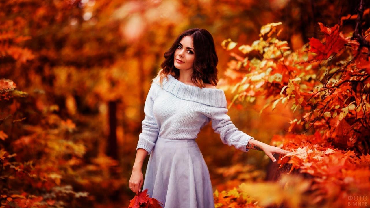 Красивая шатенка среди золотого осеннего парка