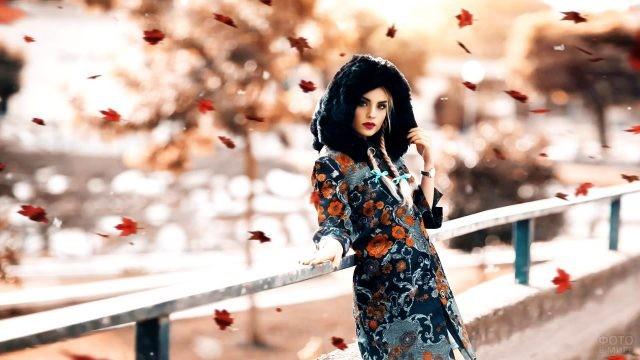 Модница с косичками под осенним листопадом