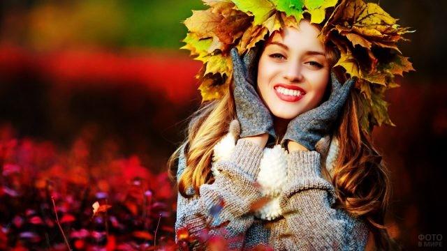 Улыбчивая блондинка в венке из листьев