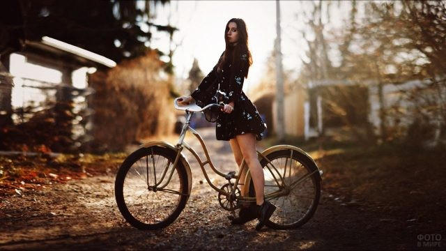 Велосипедистка в цветастом платье