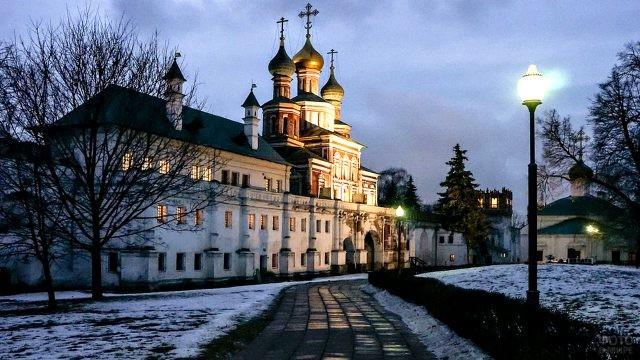 Мариинские палаты монастыря в сумерках