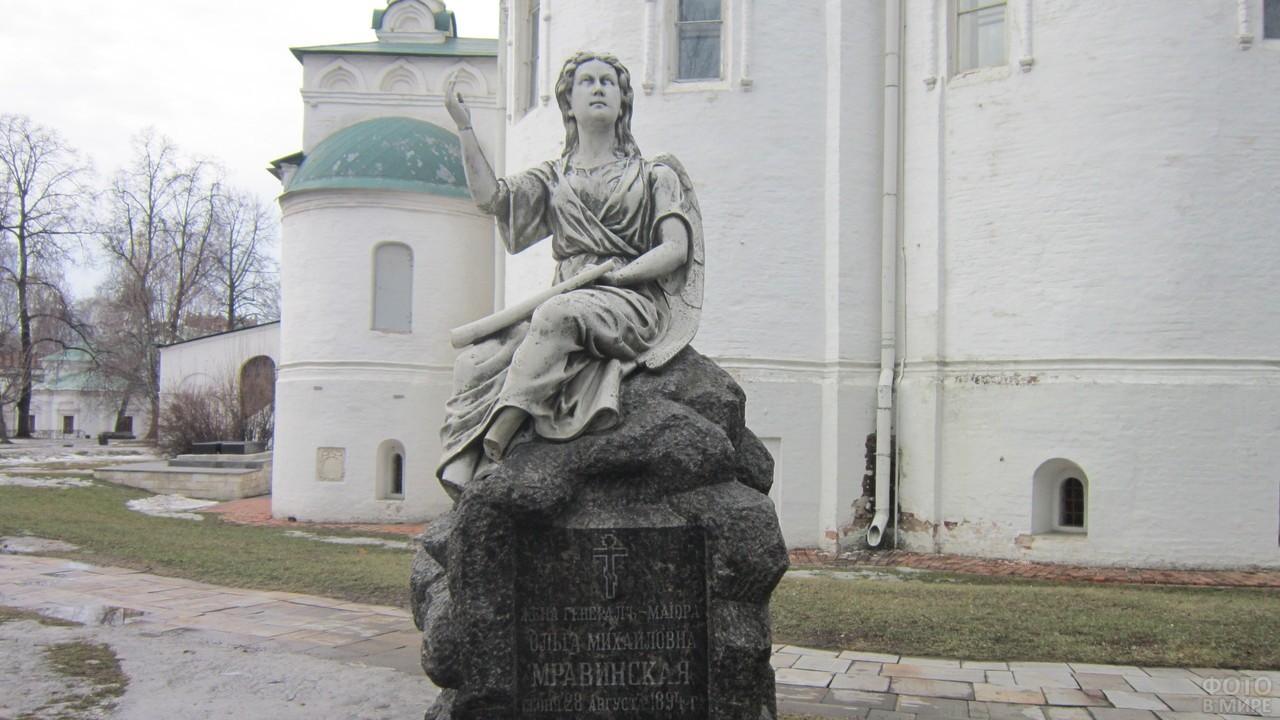 Статуя Мравинской на территории монастыря