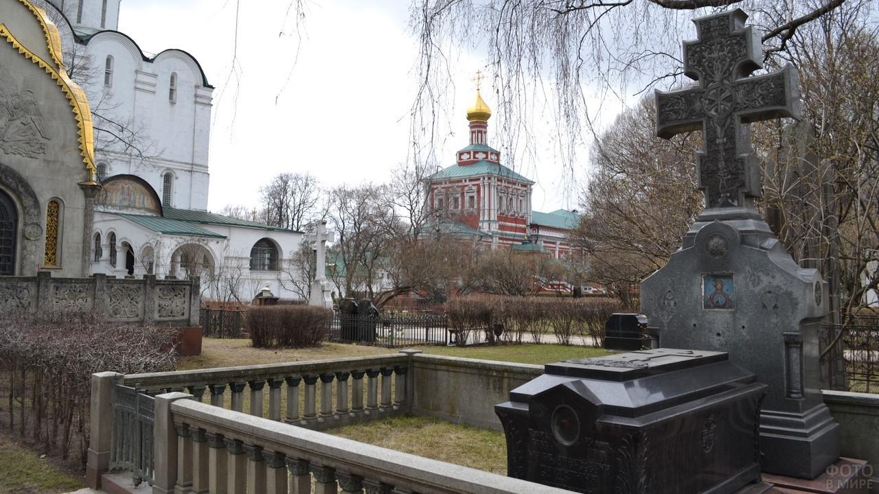 Захоронения внутри монастыря