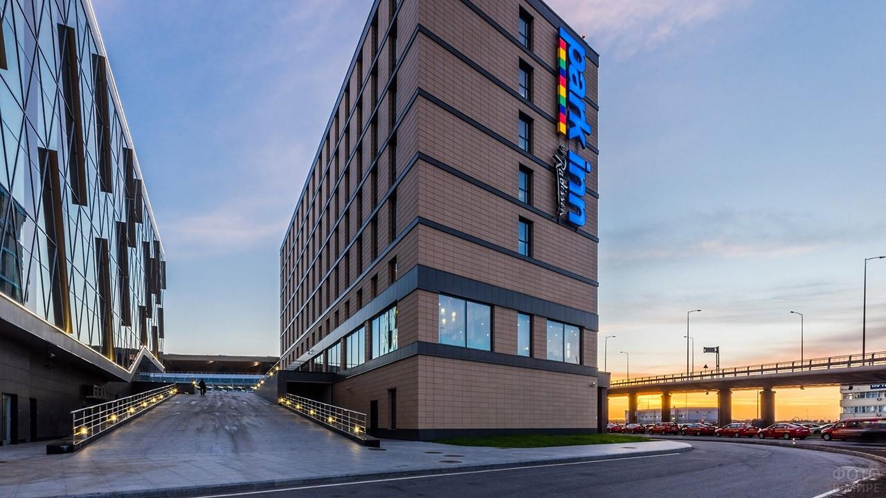 Бизнес-центр и гостиница рядом с парковкой