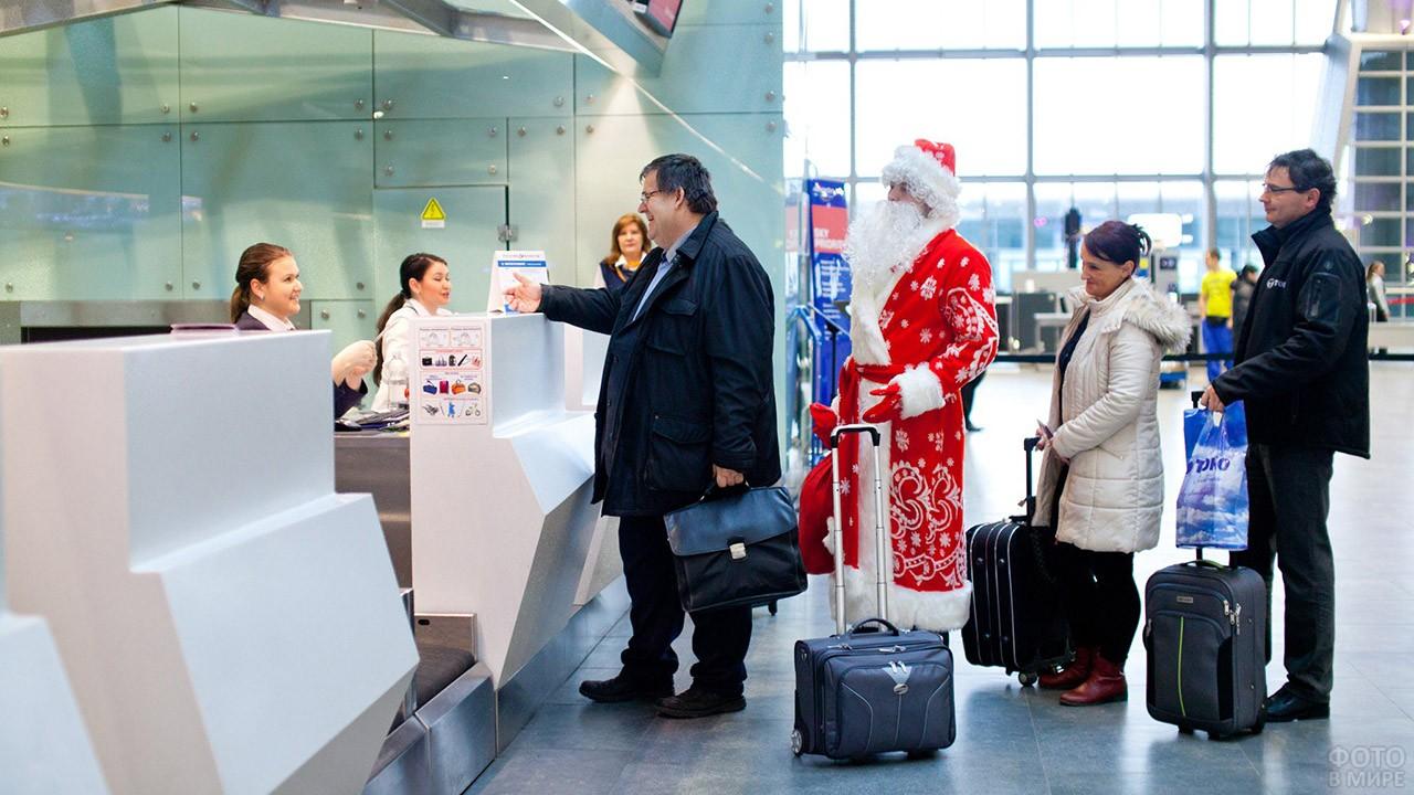Дед Мороз в очереди к стойке регистрации пассажиров