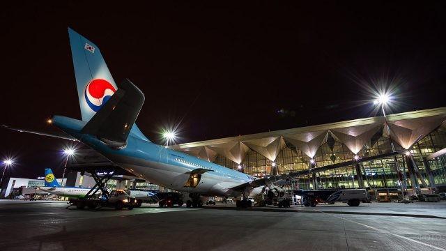 Корейский самолёт на вечернем перроне