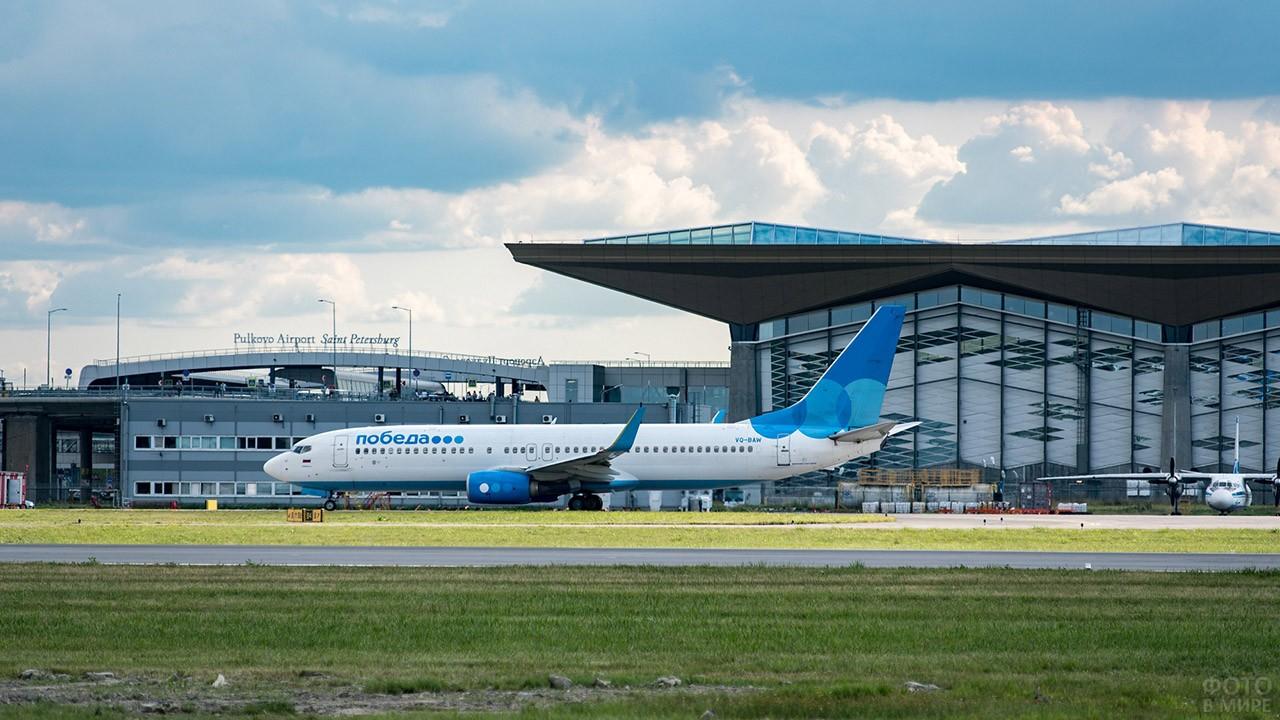 Пассажирский лайнер на перроне нового терминала