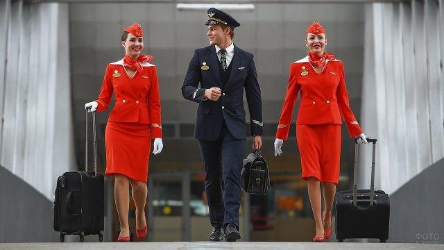 Пилот и стюардессы Аэрофлота в стеклянном переходе нового терминала