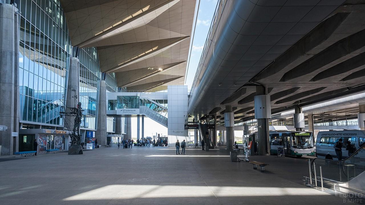 Площадка между парковкой и входом в международный терминал