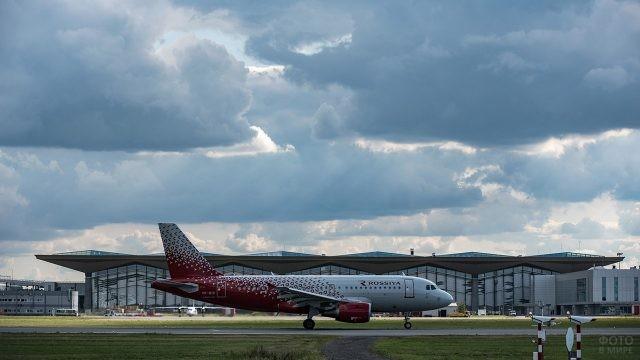 Самолёт на фоне нового терминала